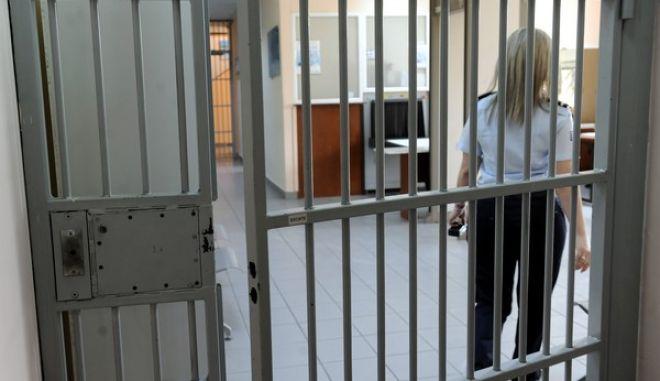 Ο Υπουργός Δικαιοσύνης Νίκος Παρασκευόπουλος  παρέδωσε στη φυλακή του Ελαιώνα ένα σχολικό λεωφορείο για τη μεταφορά των παιδιών των κρατούμενων μητέρων που πληρούν τις απαραίτητες προϋποθέσεις.Τα παιδιά αυτά θα μπορούν να συμμετέχουν, όπως και τα παιδιά της ευρύτερης κοινότητας, στο πρόγραμμα δραστηριοτήτων του παιδικού σταθμού της περιοχής. Ο Υπουργός εγκαινίασε και τον νέο χώρο παιδικού επισκεπτηρίου, ο οποίος έχει διαμορφωθεί στη Φυλακή του Ελαιώνα για τα παιδιά των κρατουμένων που επισκέπτονται τις μητέρες τους στη φυλακή.(EUROKINISSI/TΤΑΤΙΑΝΑ ΜΠΟΛΑΡΗ)