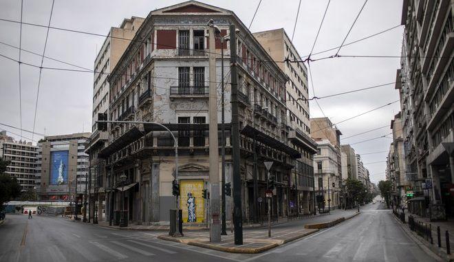 Οι άδειες οδοί Σταδίου και Αιόλου στην Αθήνα την περίοδο της καραντίνας
