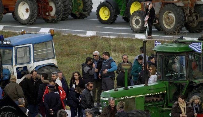 Συμβολικό αποκλεισμό 2 ωρών περίπου πραγματοποίησαν στα Τέμπη,αγρότες από το μπλόκο της Νίκαιας,Κυριακή 5 Φεβρουαρίου 2017 (EUROKINISSI/ΜΙΧΑΛΗΣ ΜΠΑΤΖΙΟΛΑΣ)