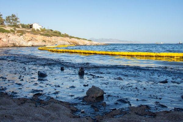 Οικολογική καταστροφή: Μάχη για να καθαρίσει ο Σαρωνικός