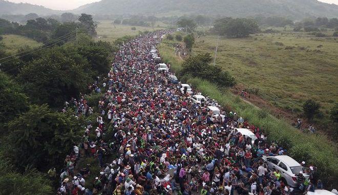22 λεωφορεία που μετέφεραν μετανάστες έφθασαν στην είσοδο της Τιχουάνα