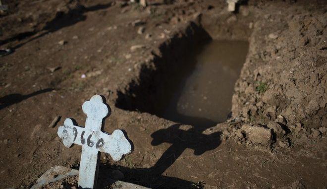 Τάφος για θύμα κορονοϊού στο Ρίο ντε Τζανέιρο