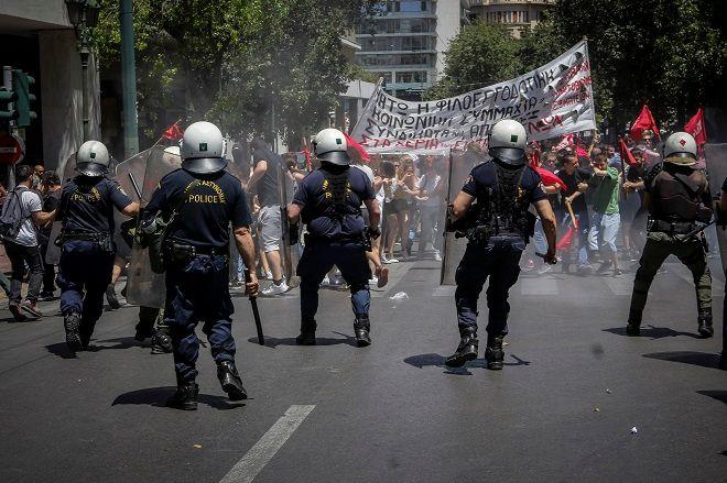 Ένταση στην πορεία έξω από τον ΣΕΒ την Τετάρτη 30 Μαΐου 2018. Ομάδα διαδηλωτών συγκρούστηκε με τους αστυνομικούς. Οι αστυνομικοί έκαναν χρήση χημικών και κρότου λάμψης και τους απώθησαν