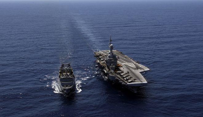 Το γαλλικό αεροπλανοφόρο Charles de Gaulle συνοδευόμενο από πολεμικό πλοίο ανοιχτά της Λιβύης