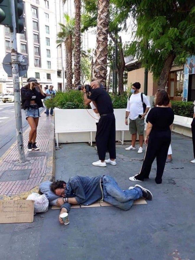 Φωτογράφιση του Σκουλού δίπλα σε άστεγο: Η Ελλάδα του 2020 σε μία εικόνα