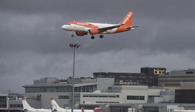 Αεροπλάνο της EasyJet στο αεροδρόμιο του Γκάτγουικ στην Αγγλία