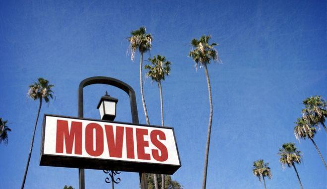 """Πινακίδα, η οποία γράφει """"Movies"""" δηλαδή, ταινίες"""