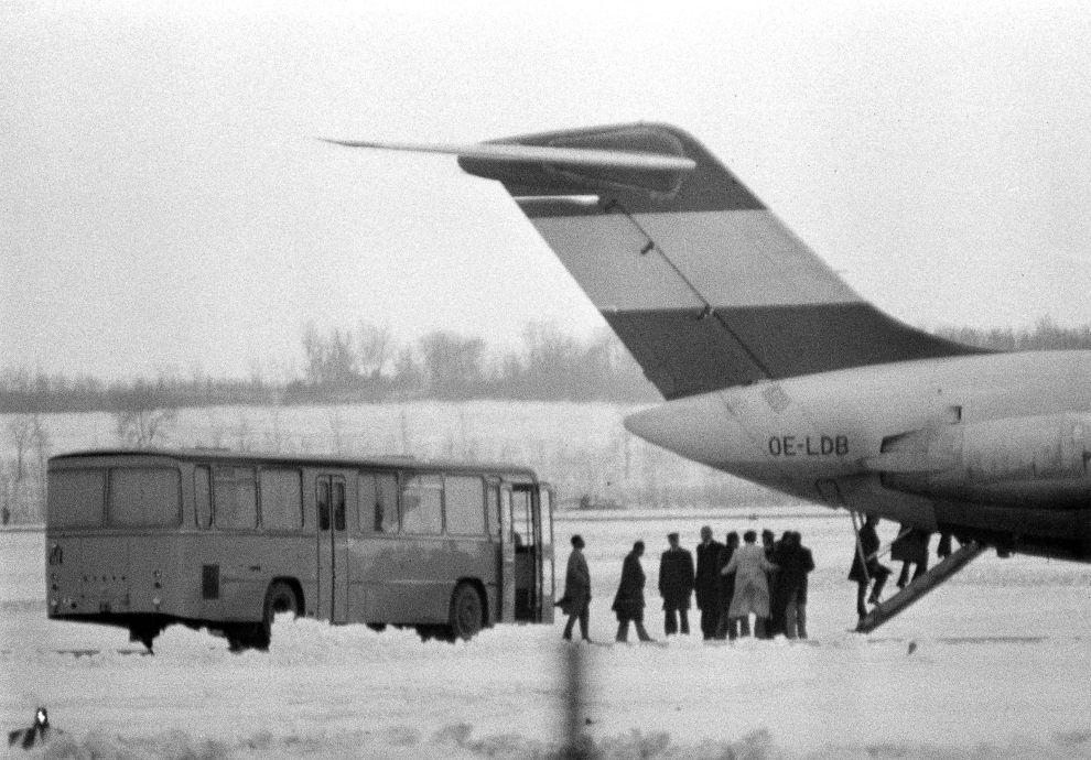 Το λεωφορείο με τους τρομοκράτες, τους ομήρους και τους έντεκα υπουργούς πετρελαίου του ΟΠΕΚ έχει φτάσει στο αεροδρόμιο Schwechat της Βιέννης και όλοι επιβιβάζονται στο DC-9 της Austrian Airlines (22/12/1975).