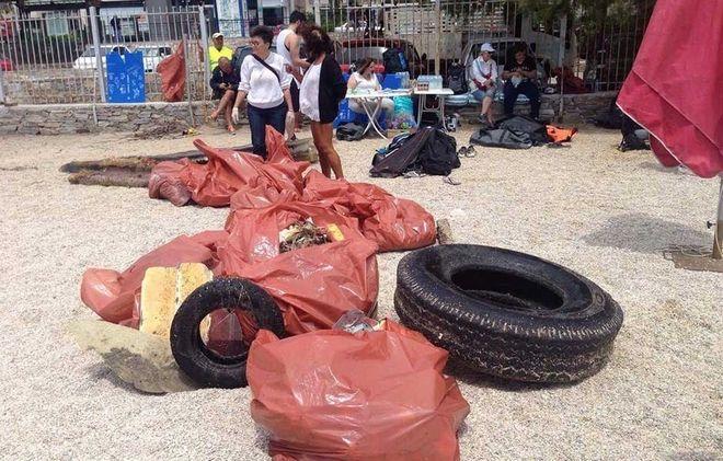 Αφού μαζέψουν σκουπίδια απ' τη θάλασσα και απ' την ακτή, κάνουν διαλογή ανά είδος (πλαστικό, γυαλί, μέταλλο, ξύλο, κλπ.) και  τα στέλνουν για ανακύκλωση