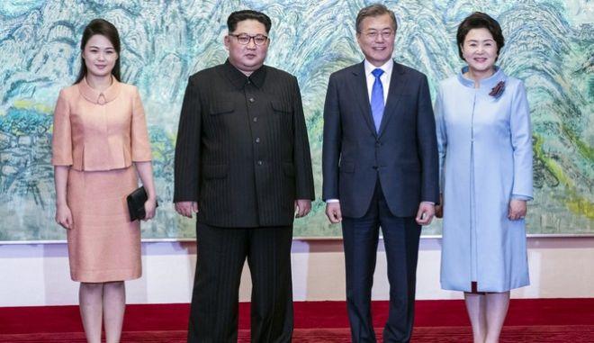 """Οι """"πρώτες κυρίες"""" της Βορείου και της Νοτίου Κορέας, στο πλευρό των συζύγων τους"""