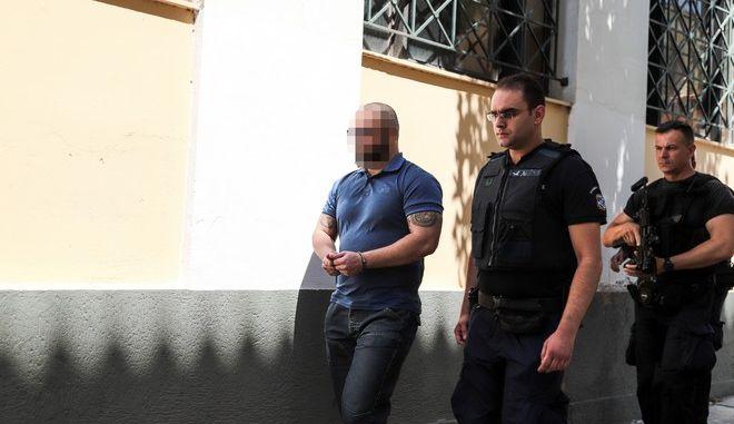 Ο δεύτερος, κατηγορούμενος για τη δολοφονία του επιχειρηματία Γιάννη Μακρή οδηγείται από αστυνομικούς στον εισαγγελέα στα δικαστήρια της οδού Ευελπίδων