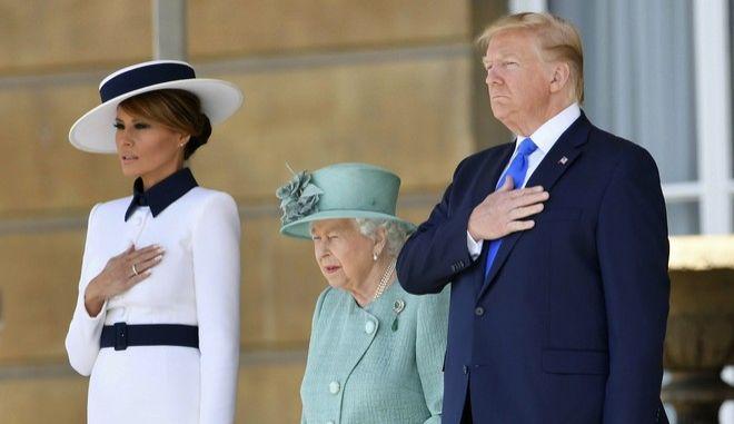 Ο Ντόναλντ και η Μελάνια Τραμπ στο πλευρό της βασίλισσας Ελισάβετ