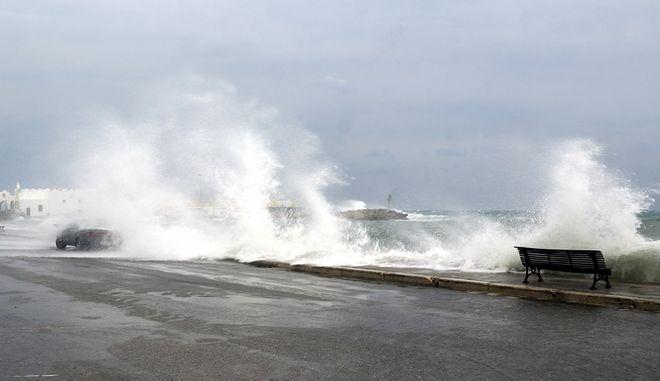 """Θυελλώδεις άνεμοι στη θάλασσα από την κακοκαιρία """"Γηρυόνης"""""""
