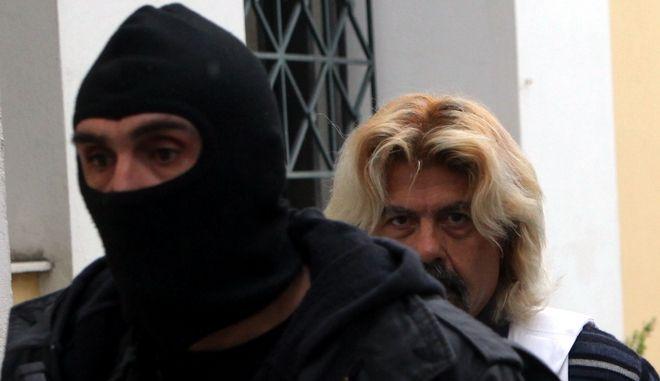 Ο Χριστόδουλος Ξηρός μεταφέρεται από αστυνομικούς των ΕΚΑΜ στον 11ο ανακριτή Αθηνών, προκειμένου να απολογηθεί για τις κατηγορίες που απαγγέλθηκαν σε βάρος του σχετικά με τα ευρήματα στο σπίτι της Αναβύσσου, την Δευτέρα 5 Ιανουαρίου 2015. (EUROKINISSI/ΚΩΣΤΑΣ ΚΑΤΩΜΕΡΗΣ)