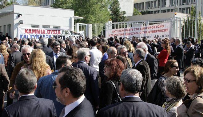 Συγκέντρωση διαμαρτυρίας επιστημονικών φορέων έξω από το υπουργείο Δικαιοσύνης, την Πέμπτη 25 Φεβρουαρίου 2016. Η συγκέντρωση πραγματοποιήθηκε στο πλαίσιο των κινητοποιήσεων των επιστημονικών φορέων στα παραγωγικά υπουργεία. (EUROKINISSI/ΣΩΤΗΡΗΣ ΔΗΜΗΤΡΟΠΟΥΛΟΣ)
