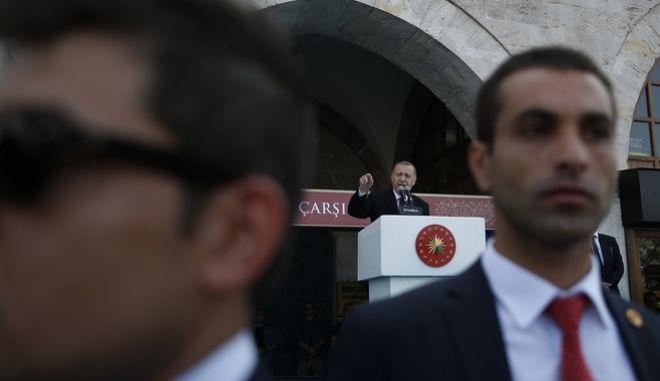 Άνδρες ασφαλείας και ο Τούρκος Πρόεδρος στο βάθος κατά τη διάρκεια προεκλογικής ομιλίας του