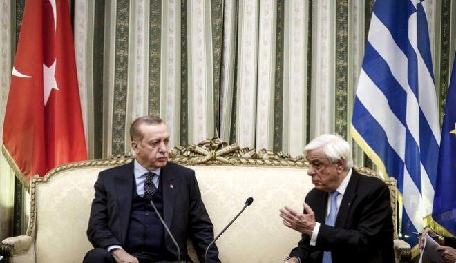 Ο Πρόεδρος της Δημοκρατίας Προκόπης Παυλόπουλος(δ) συνομιλεί με τον Πρόεδρο της Τουρκίας Ρετζέπ Ταγίπ Ερντογάν(α) κατα την συνάντηση τους στο Προεδρικό Μέγαρο, την Πέμπτη 7 Δεκεμβρίου 2017. (EUROKINISSI/ΓΙΩΡΓΟΣ ΚΟΝΤΑΡΙΝΗΣ)