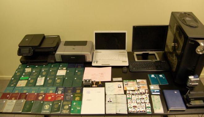 Ένα πλήρως εξοπλισμένο εργαστήριο κατασκευής - κατάρτισης πλαστών ταξιδιωτικών εγγράφων εντοπίσθηκε το μεσημέρι της 17-10-2012, σε οικία στην περιοχή του Αγίου Παντελεήμονα, από αστυνομικούς του Τμήματος Συντονισμού της Διεύθυνσης Αλλοδαπών Αττικής. Συνελήφθησαν δύο (2) αλλοδαποί, 28χρονος Αιγυπτιακής καταγωγής και 43χρονη Πολωνικής καταγωγής.  Όπως προέκυψε από την αστυνομική έρευνα, οι δύο αλλοδαποί κατασκεύαζαν και προμήθευαν με πλαστά έγγραφα αλλοδαπούς, έναντι αμοιβής που κυμαινόταν  από 400 έως 1.000 ευρώ, προκειμένου να διευκολύνουν την παράνομη τακτοποίησή τους στη χώρα μας και τη νομιμοφανή είσοδο και έξοδο τους από τα σημεία διαβατηριακού ελέγχου.  Σε έρευνα στο διαμέρισμα, βρέθηκαν και κατασχέθηκαν:     Ένα (1) πλήρως εξοπλισμένο εργαστήριο κατάρτισης πλαστών ταξιδιωτικών εγγράφων, αποτελούμενο από μία (1) κεντρική μονάδα Η/Υ, ένα (1) φορητό Η/Υ, μία (1) οθόνη Η/Υ, ένα (1) πολυμηχάνημα και έναν (1) εκτυπωτή. Πλήθος μέσων και εργαλείων, που χρησιμοποιούνται στην κατάρτιση      πλαστών εγγράφων (ζελατίνες, χαρτόνια, ψαλίδια, κόλλες, ρολά χάρτου) Σαράντα επτά (47) διαβατήρια διαφόρων χωρών Πλήθος εγγράφων, σφραγίδων, φωτογραφιών κλπ. Τρία (3)  κινητά τηλέφωνα (EUROKINISSI/ΓΡΡΑΦΕΙΟ ΤΥΠΟΥ ΕΛ.ΑΣ.)