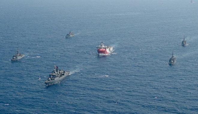 To Oruc Reis συνοδευόμενο από σκάφη του τουρκικού ναυτικού