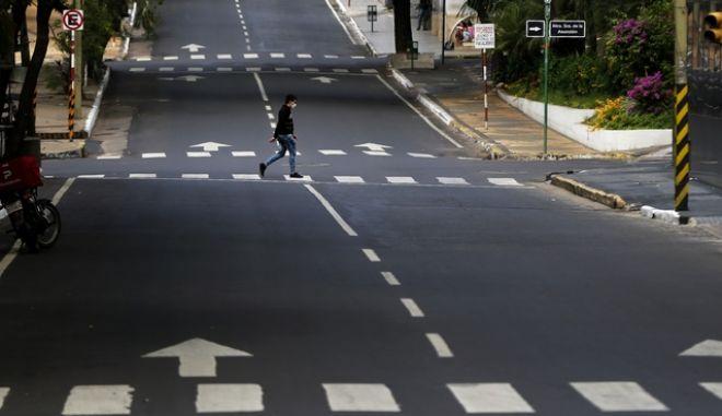 Άνδρας σε άδειο δρόμο σε ημέρες καραντίνας