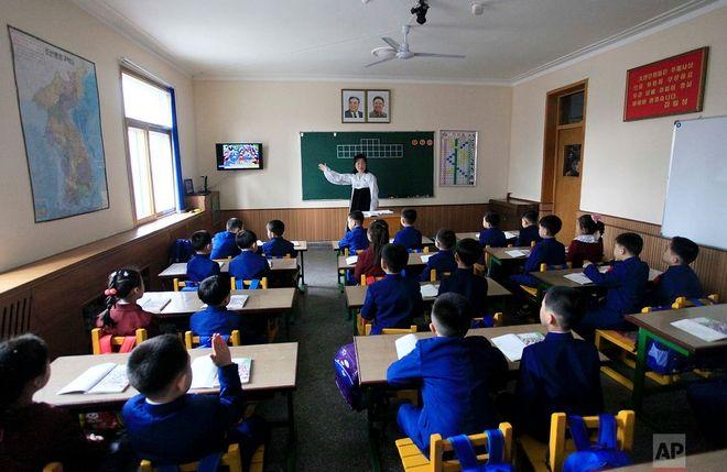 Μαθητές στην Πιονγιανγκ υπό το βλέμμα των Κιμ Γιονγκ Ιλ και Κιμ Ιλ Σουνγκ