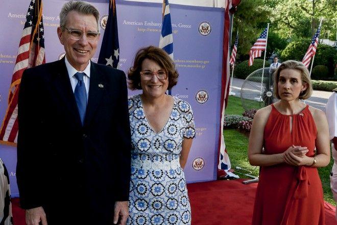 Στιγμιότυπο από την δεξίωση στην Αμερικάνικη πρεσβεία,για τον εορτασμό της επετείου της της Ανεξαρτησίας την 4η Ιουλίου. Ο Τζέφρι Πάιατ με την σύζυγό του