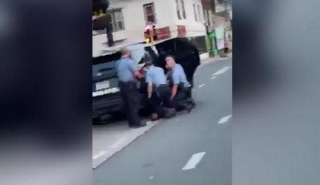 Τζορτζ Φλόιντ: Νέο βίντεο από τη δολοφονία του - Τρεις οι αστυνομικοί που έχουν γονατίσει πάνω του