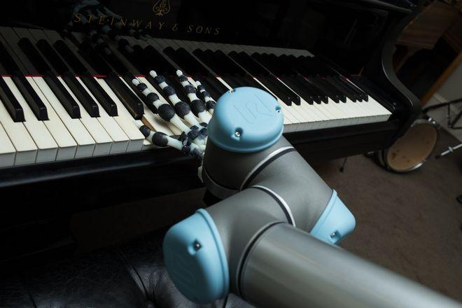 Δημιουργήθηκε το πρώτο ρομποτικό χέρι που παίζει πιάνο