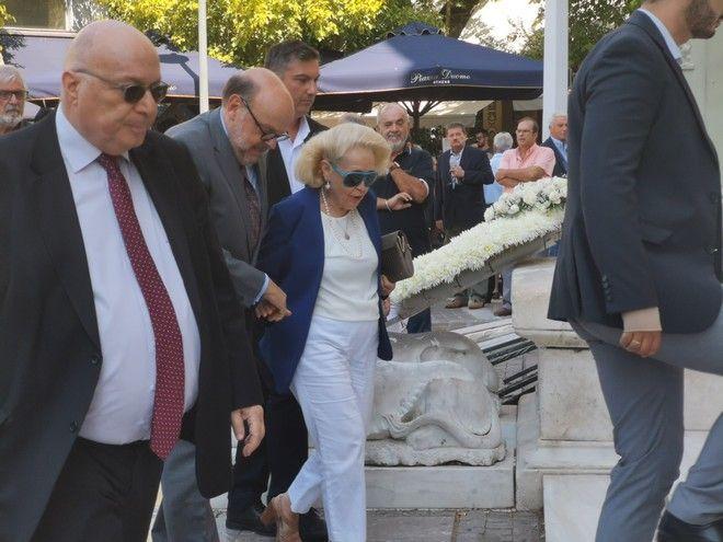 Η Βασιλική Θάνου στην κηδεία του Αντώνη Λιβάνη