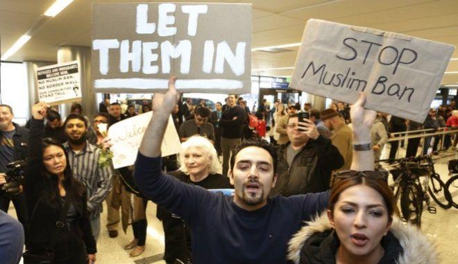 Ανατροπή στο διάταγμα Τραμπ: Ανοίγουν οι πόρτες για τους κατόχους βίζας