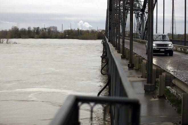 Εικόνα από γέφυρα στον ποταμό Πο στην Ιταλία
