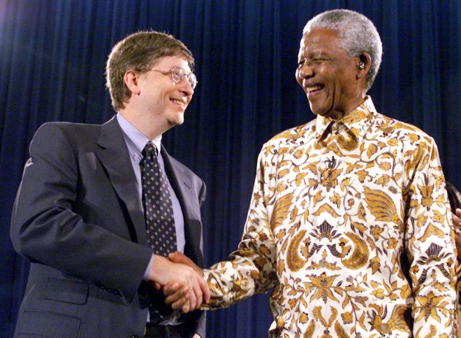 Nelson Mandela, former President of South Africa, (R) shakes hands with Bill Gates, chairman and CEO of Microsoft, at a global health discussion in Seattle December 9. Mandela was invited to Seattle by the Bill and Melinda Gates Foundation and is spending three days meeting with community leaders.  JC/BM - RTRT570