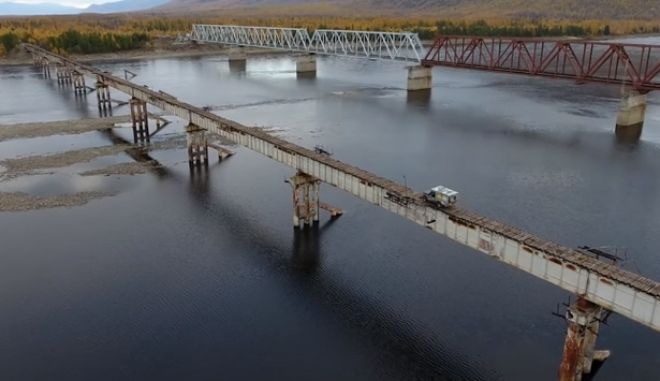 Με κομμένη την ανάσα: Φορτηγάκι διασχίζει την 'γέφυρα του τρόμου'