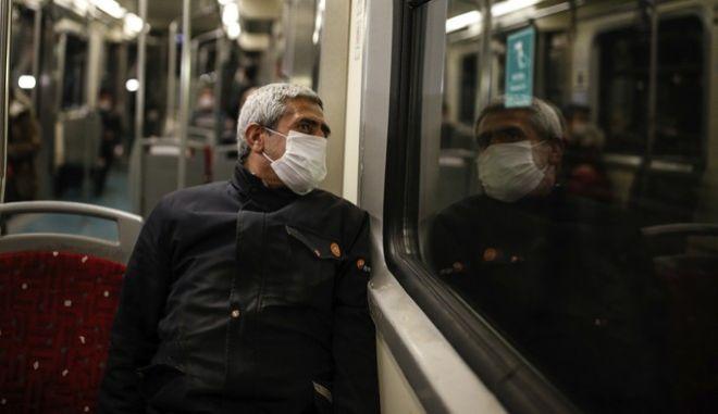 Κορονοϊός στην Τουρκία. Επιβάτης του μετρό στην Κωνσταντινούπολη
