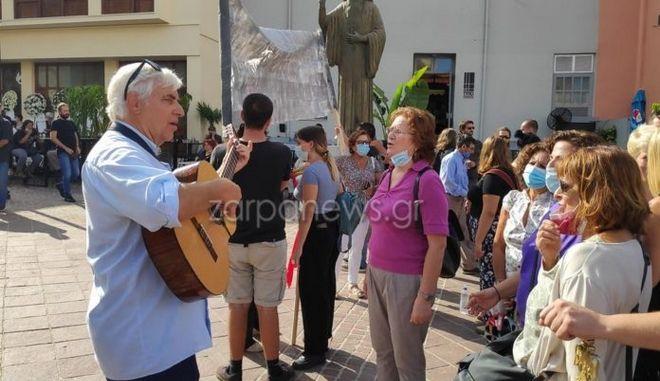 Μίκης Θεοδωράκης: Με τραγούδια έξω από την Μητρόπολη Χανίων ο Γερμανός, Χένινγκ Τσίρoγκ