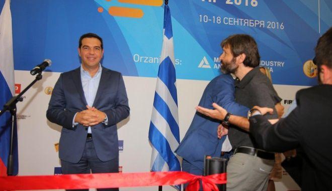 ΘΕΣΣΑΛΟΝΙΚΗ-Μικροεπεισόδιο σημειώθηκε όταν έφτασε ο πρωθυπουργός Αλέξης Τσίπρας στο χώρο της έκθεσης για να επισκεφτεί περίπτερα-Προσπάθησε να τον πλησιάσει άγνωστος στα εγκαίνια του ρωσικού περιπτέρου αλλά οι άνδρες της ασφάλειας τον απομάκρυναν.(EUROKINISSI-ΣΤΕΛΙΟΣ ΜΙΣΣΙΝΑΣ)