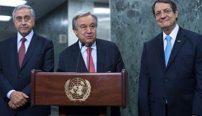 Ο γγ του ΟΗΕ Αντόνιο Γκουτέρες, ο πρόεδρος της Κυπριακής Δημοκρατίας Νίκος Αναστασιάδης και ο Τουρκοκύπριος ηγέτης Μουσταφά Ακιντζί