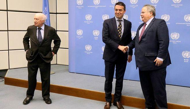 Ο Νίκος Κοτζιάς με τον υπουργό Εξωτερικών της ΠΓΔΜ Νικόλα Ντιμιτρόφ και τον ειδικό μεσολαβητή του ΟΗΕ για το Σκοπιανό, Μάθιου Νίμιτς - φωτογραφία αρχείου