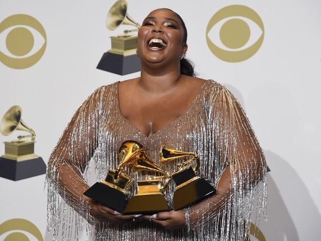 Η Lizzo στα Grammys 2020 με τα βραβεία της