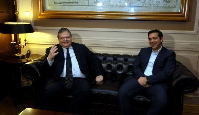 Ο πρόεδρος του ΣΥΡΙΖΑ, Αλέξης Τσίπρας, στην συνάντηση με τον αντιπρόεδρο της  κυβέρνησης και υπουργό Εξωτερικών, Ευάγγελο Βενιζέλο,την Δευτέρα 1 Δεκεμβρίου 2014, στο υπουργείο Εξωτερικών. (EUROKINISSI/ΤΑΤΙΑΝΑ ΜΠΟΛΑΡΗ)