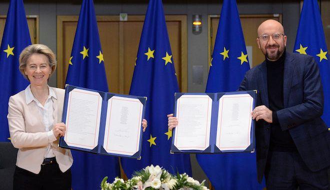 H Πρόεδρος της Ευρωπαϊκής Επιτροπής Ούρσουλα φον ντερ Λάιεν και  ο Πρόεδρος του Ευρωπαϊκού Συμβουλίου Σάρλ Μισέλ, δείχνουν την υπογραφή Συμφωνίας Εμπορίου και Συνεργασίας ΕΕ-ΗΒ, 30 Δεκεμβρίου 2020.