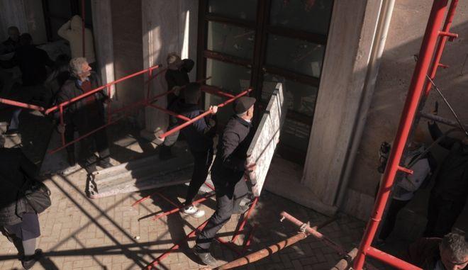 Διαδηλωτές προσπαθούν να σπάσουν τα τζάμια του κυβερνητικού κτιρίου
