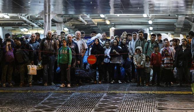 Άφιξη αιτούντων άσυλο στο λιμάνι της Ελευσίνας