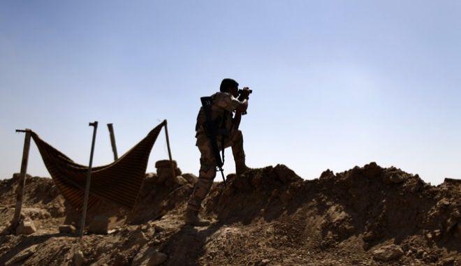 Κούρδος στρατιώτης των δυνάμεων Πεσμεργκά στην περιοχή Makhmour (Φωτό αρχείου)