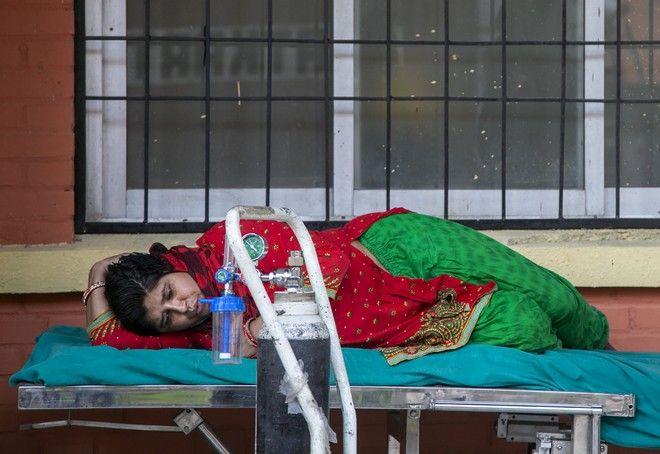 Ασθενής με κορονοϊό λαμβάνει οξυγόνο έξω από νοσοκομείο στο Κατμαντού του Νεπάλ