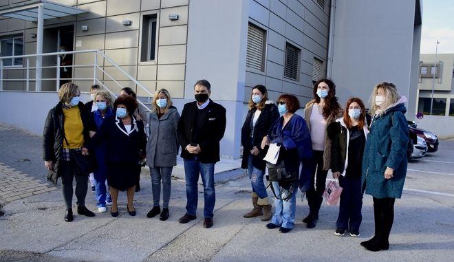 ΑΡΓΟΣ-Έξι εξειδικευμένες νοσηλεύτριες ΜΕΘ ξεκίνησαν  σήμερα από το νοσοκομείο  'Αργους με προορισμό τη Θεσσαλονίκη ώστε να συνδράμουν στη μάχη της πρώτης γραμμής κατά του κορονοϊού. Τις αποχαιρέτησαν ο δήμαρχος Άργους Μυκηνών Δημήτρης Καμπόσος με λουλούδια και η διοικήτρια του νοσοκομείου Μαρία Σαρίδη. (Eurokinissi-ΠΑΠΑΔΟΠΟΥΛΟΣ ΒΑΣΙΛΗΣ)