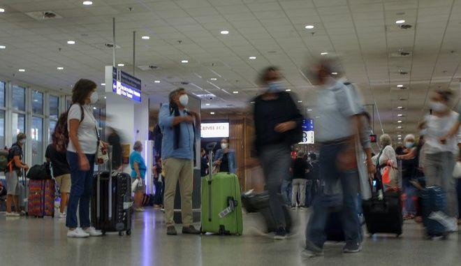 """Στιγμιότυπα από τις αφίξεις στο αεροδρόμιο """"Ελ. Βενιζέλος"""""""