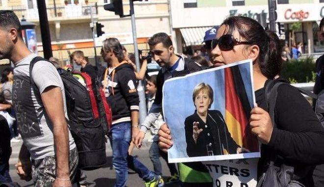 Η Μέρκελ αποδεσμεύει 3 δισ. ευρώ για τους πρόσφυγες