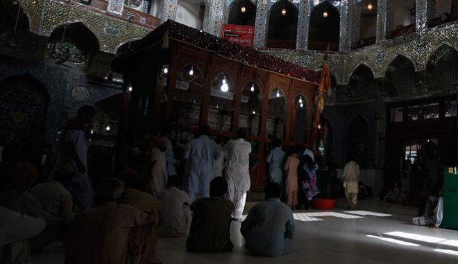 Πακιστάν: Επίθεση καμικάζι με 72 νεκρούς και 100 τραυματίες