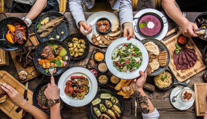 Η ακραία μείωση στην πρόσληψη θερμίδων λειτουργεί ανασταλτικά στην όποια προσπάθεια για απώλεια -εν αντιθέσει με τρία χορταστικά γεύματα.